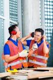 Οικοδόμος στην οικοδόμηση ή τη φθορά εργοτάξιων οικοδομής Στοκ Φωτογραφίες