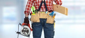 Οικοδόμος handyman με το ηλεκτρικό πριόνι Στοκ Εικόνες