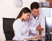 Οικότροφος και ιατρικός δάσκαλος στην κλινική Στοκ φωτογραφία με δικαίωμα ελεύθερης χρήσης