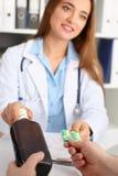 Οινοπνευματώδες διαθέσιμο κενό μπουκάλι λαβής στο γραφείο υποδοχής γιατρών Στοκ Φωτογραφίες