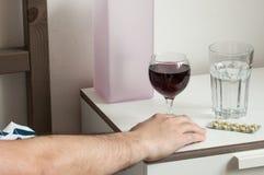 Οινοπνευματώδης έννοια γυαλιού κρασιού ατόμων πρωινού αλκοολισμού στοκ φωτογραφία με δικαίωμα ελεύθερης χρήσης