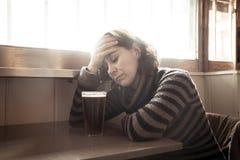 Οινοπνευματώδης καταθλιπτική κατανάλωση γυναικών σε έναν φραγμό που αισθάνεται λυπημένο μάταιο στοκ εικόνες