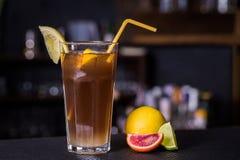 Οινοπνευματώδες κοκτέιλ με την κόλα και limon Στοκ Φωτογραφία