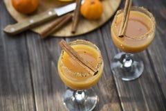 Οινοπνευματώδες ποτό με το χυμό από πορτοκάλι και την κανέλα Στοκ Εικόνα