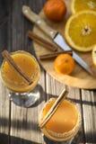 Οινοπνευματώδες ποτό με το χυμό από πορτοκάλι και την κανέλα Στοκ εικόνα με δικαίωμα ελεύθερης χρήσης