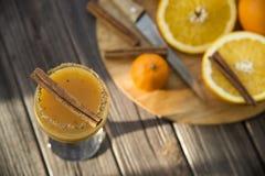 Οινοπνευματώδες ποτό με το χυμό από πορτοκάλι και την κανέλα Στοκ εικόνες με δικαίωμα ελεύθερης χρήσης