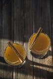 Οινοπνευματώδες ποτό με το χυμό από πορτοκάλι και την κανέλα Στοκ φωτογραφία με δικαίωμα ελεύθερης χρήσης