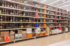 Οινοπνευματώδη ποτά προθηκών στην υπεραγορά Auchan Στοκ Εικόνες