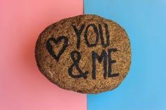 οι Άγγλοι που γράφουν σας και με με μια καρδιά που επισύρεται την προσοχή σε μια πέτρα Στοκ φωτογραφία με δικαίωμα ελεύθερης χρήσης