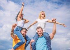 Οι άνδρες και οι γυναίκες απολαμβάνουν το φεστιβάλ μουσικής Διάσημο φεστιβάλ επίσκεψης κατά τη διάρκεια των διακοπών Ευτυχία και  στοκ φωτογραφία με δικαίωμα ελεύθερης χρήσης