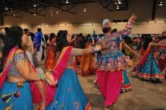 Οι άνδρες και οι γυναίκες χορεύουν και απολαμβάνοντας το ινδό φεστιβάλ της φθοράς Navratri Garba παραδοσιακής καταναλώστε στοκ εικόνες με δικαίωμα ελεύθερης χρήσης