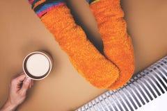 Οι άνδρες φροντίζουν για τη γυναίκα, τη θερμότητα στον καφέ, τις μπαταρίες και τις κάλτσες σαρκασμός Στοκ φωτογραφία με δικαίωμα ελεύθερης χρήσης