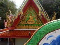 Οι άνθρωποι έβγαλαν τα παπούτσια τους πρίν εισάγουν το ναό του μεγάλου Βούδα, Samui, Ταϊλάνδη, Δεκέμβριος στοκ φωτογραφίες