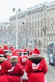 Οι άνθρωποι έντυσαν επάνω όπως τα santas συμμετέχουν στο γεγονός Στοκχόλμη Santa φιλανθρωπίας που οργανώνεται στη Σουηδία Στοκ εικόνες με δικαίωμα ελεύθερης χρήσης
