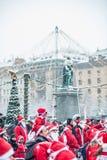 Οι άνθρωποι έντυσαν επάνω όπως τα santas συμμετέχουν στο γεγονός Στοκχόλμη Santa φιλανθρωπίας που οργανώνεται στη Σουηδία Στοκ Φωτογραφίες