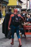 Οι άνθρωποι έντυσαν σε Batman και τα κοστούμια σπάιντερμαν περπατούν μέσω Tim στοκ εικόνες