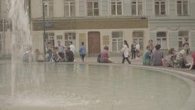 Οι άνθρωποι έχουν ένα υπόλοιπο γύρω από την πηγή κοντά στο Gostinniy Dvor στη Μόσχα απόθεμα βίντεο