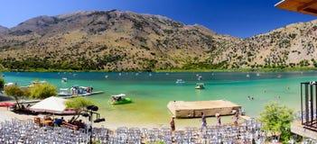Οι άνθρωποι έχουν ένα υπόλοιπο στη λίμνη Kournas στο νησί της Κρήτης, Ελλάδα Στοκ φωτογραφία με δικαίωμα ελεύθερης χρήσης
