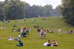 Οι άνθρωποι έχουν ένα υπόλοιπο στο πάρκο Kolomenskoe Στοκ Εικόνα