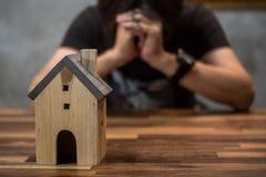 Οι άνθρωποι έχουν τα προβλήματα με το εγχώριο χρέος, κατοικία, ακίνητη περιουσία, αγοράζουν ένα διαμέρισμα στοκ φωτογραφία