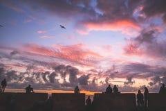 Οι άνθρωποι έχουν το χαλαρώνοντας χρόνο με το ηλιοβασίλεμα στοκ φωτογραφίες