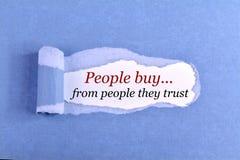 Οι άνθρωποι αγοράζουν από τους ανθρώπους που εμπιστεύονται στοκ εικόνες