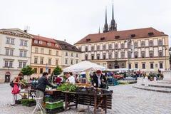 Οι άνθρωποι αγοράζουν τα λαχανικά στην αγορά λάχανων στο Μπρνο Στοκ φωτογραφίες με δικαίωμα ελεύθερης χρήσης