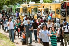 Οι άνθρωποι αγοράζουν τα γεύματα από την ευρεία επιλογή των φορτηγών τροφίμων της Ατλάντας Στοκ Φωτογραφίες