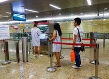 Οι άνθρωποι αγοράζουν τα εισιτήρια στο σταθμό μετρό Στοκ Φωτογραφίες