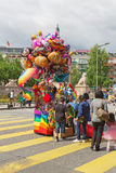 Οι άνθρωποι αγοράζουν τα μπαλόνια με μορφή κινούμενων σχεδίων Στοκ φωτογραφία με δικαίωμα ελεύθερης χρήσης