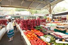 Οι άνθρωποι αγοράζουν τα της Κριμαίας λαχανικά στην κεντρική αγορά Στοκ Εικόνες
