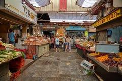 Οι άνθρωποι αγοράζουν τα τρόφιμα στο τοπικό marke της Ιερουσαλήμ Mahane Yehuda Στοκ Εικόνες