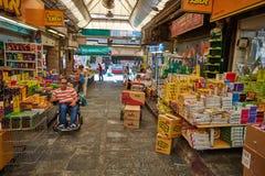 Οι άνθρωποι αγοράζουν τα τρόφιμα στο τοπικό marke της Ιερουσαλήμ Mahane Yehuda Στοκ Εικόνα