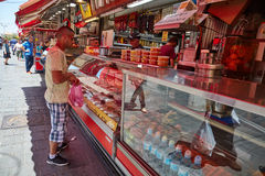 Οι άνθρωποι αγοράζουν τα τρόφιμα στο τοπικό marke της Ιερουσαλήμ Mahane Yehuda Στοκ Φωτογραφία