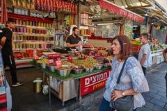 Οι άνθρωποι αγοράζουν τα τρόφιμα στο τοπικό marke της Ιερουσαλήμ Mahane Yehuda Στοκ φωτογραφία με δικαίωμα ελεύθερης χρήσης