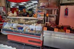 Οι άνθρωποι αγοράζουν τα τρόφιμα στο τοπικό marke της Ιερουσαλήμ Mahane Yehuda Στοκ φωτογραφίες με δικαίωμα ελεύθερης χρήσης