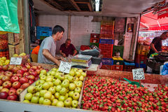 Οι άνθρωποι αγοράζουν τα τρόφιμα στο τοπικό marke της Ιερουσαλήμ Mahane Yehuda Στοκ Φωτογραφίες