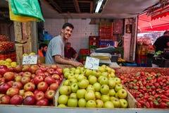 Οι άνθρωποι αγοράζουν τα τρόφιμα στο τοπικό marke της Ιερουσαλήμ Mahane Yehuda Στοκ εικόνα με δικαίωμα ελεύθερης χρήσης