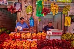 Οι άνθρωποι αγοράζουν τα τρόφιμα στο τοπικό marke της Ιερουσαλήμ Mahane Yehuda Στοκ εικόνες με δικαίωμα ελεύθερης χρήσης