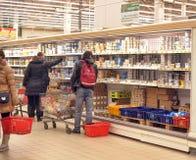 Οι άνθρωποι αγοράζουν την υπεραγορά γαλακτοκομικών προϊόντων στοκ εικόνα με δικαίωμα ελεύθερης χρήσης