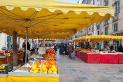 Οι άνθρωποι αγοράζουν το λαχανικό και τα φρούτα Στοκ Εικόνα