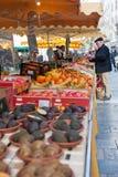 Οι άνθρωποι αγοράζουν το λαχανικό και τα φρούτα Στοκ Φωτογραφίες