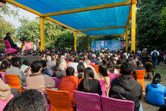 Οι άνθρωποι ακούνε μια διάλεξη ένας από τους συγγραφείς στο φεστιβάλ λογοτεχνίας του Jaipur στοκ φωτογραφίες