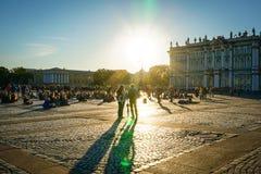 Οι άνθρωποι ακούνε τους μουσικούς οδών στο βράδυ Στοκ Φωτογραφίες