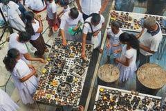 Οι άνθρωποι ανάβουν τα κεριά στο βουδιστικό ναό κατά τη διάρκεια του θρησκευτικού εορτασμού Vesak σε Colombo, Σρι Λάνκα Στοκ Φωτογραφίες