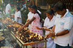 Οι άνθρωποι ανάβουν τα κεριά στο βουδιστικό ναό κατά τη διάρκεια του θρησκευτικού εορτασμού Vesak σε Colombo, Σρι Λάνκα Στοκ Εικόνες