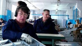 Οι άνθρωποι ανάπηροι εργάζονται στην κατασκευή φιλμ μικρού μήκους