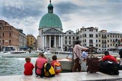 Οι άνθρωποι αναμένουν τη βάρκα στο μεγάλο κανάλι, Βενετία στοκ εικόνες