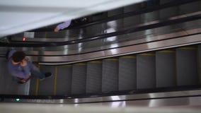Οι άνθρωποι αναρριχούνται στην κυλιόμενη σκάλα στη λεωφόρο φιλμ μικρού μήκους