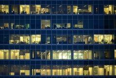 Οι άνθρωποι απασχολούνται στα γραφεία Στοκ Φωτογραφίες